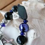 Langer Schlüsselanhänger Herzanhänger mit Herz Antiksilber, violetten Glanzperlen, dunkelblauen & schwarzen Glasperlen, Metallperlen