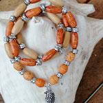 Mala Armband Armkette Kette Ajala mit ovalen indianischen Holzperlen, Acryl- & Metallperlen, Anhänger Engelsflügel, dreisträngig
