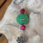 Schlüsselanhänger Baum des Lebens Lebensbaum mit mintgrüner Kashmiriperle mit silbernen Ornamenten und Strasssteinen, dunkelpinken Perlmuttperlen & weissen Acrylperlen