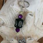 Schutzengel Schlüsselanhänger Gediel mit petrolblauer Kashmiriperle, violett facettierten Acrylperlen und cremefarbenen Acrylperlen mit kleinen Strasssteinchen