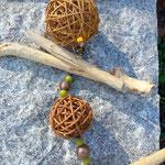 Oster Schwemmholz Girlande Easter bunny meets wicker balls mit hellbraunen Weidekugeln, lindgrünen Polaris Perlen, gelben Muscheln