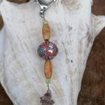 Schutzengel Schlüsselanhänger Cupra mit ovalen indianischen Holzperlen, lachsfarbener Kashmiriperle mit silbernen Ornamenten, Engel Anhänger