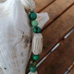 Damen Halskette Ethno Boho Perlenhalskette Perlenkette Halskette Una mit grünen Acai-Samenperlen und grossen, ovalen Holzperlen