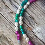 Lange Ethno Boho Perlenhalskette Perlen Halskette Savannah mit grünen und violetten Polarisperlen, 2mm graue facettierten Jade Glasperlen, weisse Glanzperlen, türkis Perlhuhn Feder
