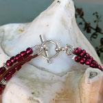 Mehrsträngiges Perlen Armband Perlen Armkette Theodora mit roten Glanzperlen, Metallperlen in Antiksilber, bronze Acryperle und dunkelbraunem Lederband, Knebelverschluss