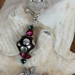 Schutzengel Schlüsselanhänger Netos mit brauner Kashmiriperlen und silbernen Punkten, dunkelpinken Muschelkernperlen, dunkelgrünen facettierten Glasperlen