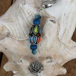 Schlüsselanhänger Baum des Lebens Lebensbaum mit bunter Kashmiriperle, dunkelblauen Holzperlen und hellblauen facettierten Glasperlen