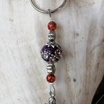 Schutzengel Engel Schlüsselanhänger mit violetter Kashmiriperle und violetten und weissen Strasssteinen sowie rotgoldenen Acrylperlen