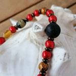 Langer Schlüsselanhänger mit Herz Antiksilber mit roten Acrylperlen, Lavaperle, dunkelbraunen Acrylrondellen, goldenen Glaskrepp Perlen