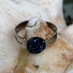Kinder Mädchen Fingerring verstellbar Dark Blue mit glitzernder Cabochon Harzperle in dunkelblau, Innendurchmesser 19mm