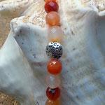 Perlenkette Donna mit orange-weissen Karneolsteinen, Metallperlen Oblaten, zitronengelber Lampworkperle und kleinen Metallperlen