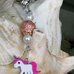 Schlüsselanhänger Einhorn Holy Rose mit Schmuckperle rosa und goldenen Ornamenten, weissen Glanzperlen und durchsichtigen Acrylperlen