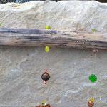 Oster Girlande Mobile Fensterhänger Türdekoration Bunny & Clyde mit Hasenpaar aus Holz, Weidekugel in ocker, orange indische Holzperlen, indianische Holzperlen, Kleeblattperlen grün