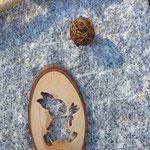 Oster Schwemmholz Girlande Easter bunny meets wicker balls mit hellbraunen Weidekugeln, lindgrünen Polaris Perlen, Holzanhänger Osterhase in Osterei