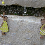 Oster Girlande Osterdeko Schwemmholz Girlande Mobile Fensterhänger Türdekoration Bunny & Clyde mit Hasenpaar aus Holz, orange weiss gestreifte Acrylperlen, Kristallanhänger