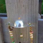 Windspiel Treibholz Schwemmholz Girlande Mobile Tea Time mit altem Teesieb, vanille farbenen Acrylperlen, goldene Holzperlen, grossen rostbraunen Acrylperlen