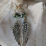 Ohrringe Ohrhänger Ohrschmuck Modeschmuck Trendschmuck mit Engelsflügel Anänger und Briseverschluss lindgrünen Glanzperlen und Perlkappen mit Briseverschluss
