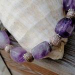 Kurze Amethyst Perlenhalskette Wisdom mit Amethyst Edelstein Nuggets, Acai Perlen und silbernen Blumenrondellen