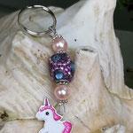 Schlüsselanhänger Einhorn Stardust mit Schmuckperle violett mit rosa und lila Strassperlen, rosa Glanzperlen und silbernen Blumenrondellen