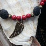 Perlenhalskette Marina mit schwarzen Lavaperlen, roten Glasperlen, bronze Lampion Metallperlen und Engelsflügelanhänger in Bronze