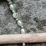Schmuckgirlande Schwemmholz Mobile Türdekoration Wohnaccessoire mit rosa Glasperlen, weissen Glanzperlen, grünen Muschelperlen