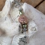 Schutzengel Schlüsselanhänger mit rosafarbener mit Goldornamenten verzierter Kashmiriperle, hellgrünen Acrylperlen und Metallrondellen