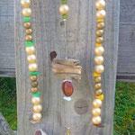 Windspiel Treibholz Schwemmholz Girlande Mobile Tea Time mit altem Teesieb, vanille farbenen Acrylperlen, goldene Holzperlen, Muscheln, grüne & gelbe Muschelelemente