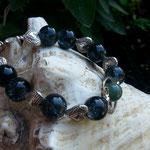Perlen Armkette Astarte mit 12mm anthrazit Glasperlen, offener Herzperle silber, Metallperlen in Herzform, grüne Steinperle und Knebelverschluss in Antiksilber