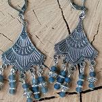 Kronleuchter Ohrringe Antiksilber mit mitternachtsblauen facettierten Glasperlen, Metallperlen und Blumenrondellen sowie Briseverschluss