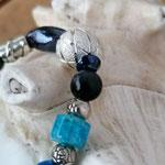 Langer Schlüsselanhänger Herzanhänger mit Herz Antiksilber, blauen & schwarzen Glasperlen, Metallperlen, Drahtsilberperle, silberner Sternenstaub Metallperle