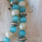 Kinder Perlenkette mit hellblauen Katzenaugen Glasperlen, cremefarbenen Acryl Glitzerperlen, Perlmutttanhänger & Metallrondellen in Antiksilber