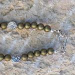 Lange Boho Ethno Hippie Perlen Halskette Olivia mit olivgrünen 8mm Glanzperlen und 10mm flachen silbernen Metallperlen & indischem Lampion Anhänger
