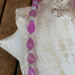 Kurze Perlenhalskette Perlenschmuck Perlenkette Aretha mit tropfenförmigen rosa Glasperlen, Drahtsilberperlen, runder Anhänger mit Blume des Lebens