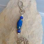 Yoga Schlüsselanhänger Kalyana mit handgemachter indonesischer Schmuckperle  blau mit blauen Strasssteinen, blauen Katzenaugen Glasperlen, weissen Papillon Perlen, Yoga Symbol Solarplexus Manipura