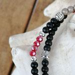 elastisches zweireihiges Mala Armband Armkette mit roten facettierten Glasperlen, schwarzen Steinperlen, cremefarbenen Acrylperlen, silberne Sternanhänger aus Acryl und Metallperlen