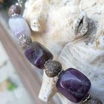 Kurze Amethyst Perlen Halskette Wisdom mit Amethyst Edelstein Nuggets, Acai Perlen und silbernen Blumenrondellen