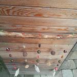 Weihnachts Schwemmholz Treibholz Girlande Holy Spirit mit weissen Acrylsternen, Holzelementen, roten und orangen Lampworkperlen und bronzefarbenen Blumenmetallperlen