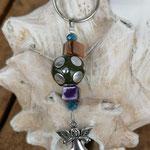 Schutzengel Schlüsselanhänger Sofiel mit lindengrüner Kashmirierle mit silbernen Punkten, violetter und gelber Muschelkernperle und blauen facettierten Glasperlen