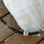 Lederhalsband Leder Halskette Radha mit 5mm antikbraunem, geknüpften Lederband und silbernen Metallperlen in Blumenform