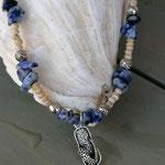 Kurze Perlen Halskette Perlenkette Vivere mit kleinen Kokosrondellen, Lapislazuli Edelsteinen, Metallperlen und Flip Flop Anhänger im Hippie Style