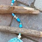 Schwemmholz Windspiel Sardegna mit Muschelanhänger weiss aus Gips, hellblauen Glasperlen, weissen Glasrondellen, hellblauer Rattankugel, weissen Glanzperlen und Muscheln