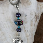 Schutzengel Schlüsselanhänger Narcariel mit violetter Kashmiriperle, violetten Glanzperlen und winzigen türkisfarbenen facettierten Glasperlen, Engel Anhänger