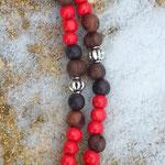 Lange Ethno Boho Perlen Halskette Nazareth mit roten 8mm Holzperlen, dunkelbraunen 6 bis 8mm grossen Acai-Samenperlen sowie Kreuz Kruzifix Anhänger aus Metall 5.5x8cm und Metallperlen