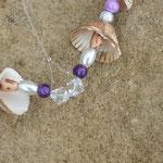 Drahtherz Türschmuck Fensterdeko Mobile Legrena mit violetten Glasperlen, Muscheln, weissen Glanzperlen, indianischen Holzperlen, Sternenstaub Metallperlen