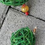 Weihnachtsdeko Weihnachts Advents Girlande Türdeko Fensterdeko Noelle mit grünen Rattankugeln, Sternanhänger aus Weidenholz, goldenen Drahtperlen, goldenen Sternperlen
