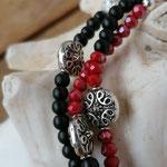 elastisches dreireihiges Mala Armband Armkette mit Lebensbaum Anhänger in Antiksilber, roten facettierten Glasperlen, schwarzen Steinperlen, silbernen Acrylperlen, Sternenstaub- & div. Metallperlen