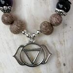 Mala Armband Armkette Kette Charu mit violetten Achatperlen, Samenperlen, Perlenkappen Antiksilber und Yoga-Chakra-Anhänger Ajna 3. Auge