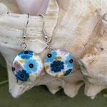 Perlen Ohrringe Ohrhänger Cecilia mit flachen Perlmuttperlen mit Blumenmuster hell- und dunkelblau, rosa, gelb, nickelfrei