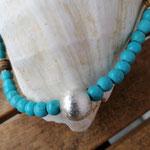 Damen Halskette Perlenkette Perlenkette Farah mit runden Türkisperlen, Kokosrondellen, kleinen Acryl Blumenrondellen silberfarben sowie silberner Metall Sternenstaubperle