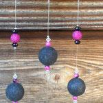 Windspiel Mobile Klangspiel Girlande Old Charm mit alter, emaillierter Abtropfkelle, schwarzen & pinken Glanzperlen aus Acryl, schwarzen und weissen facettierten Acrylperlen